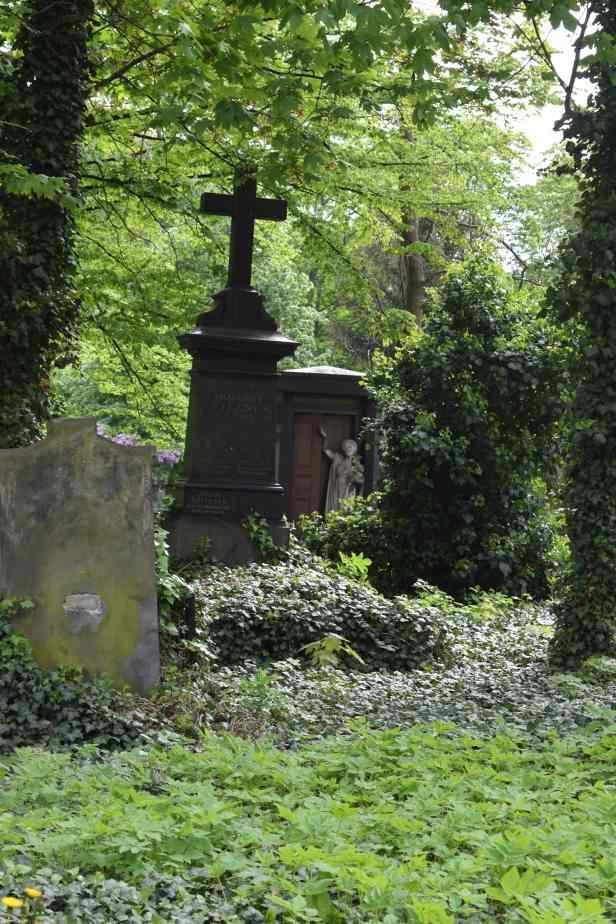Olšany Cemetery lostlara.com